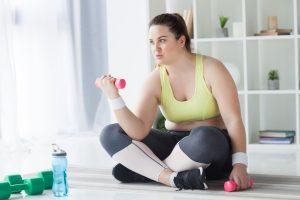 シュガリミットを飲んで運動をする女性